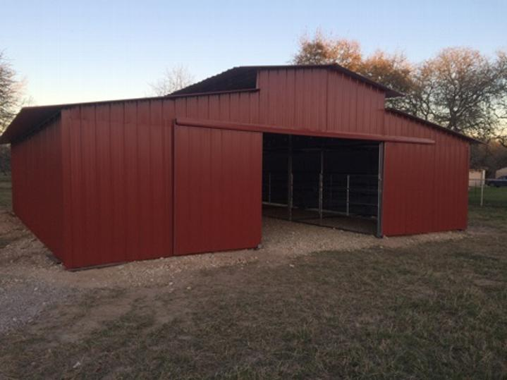 METAL BUILDING WITH PIPE CORRAL INTERIOR